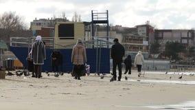 海滩日落结构 走在海滩的老人 年轻老人的感觉 股票视频