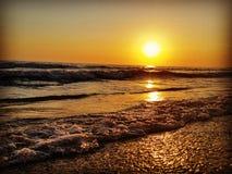 海滩日落美丽的O环skay波浪 图库摄影