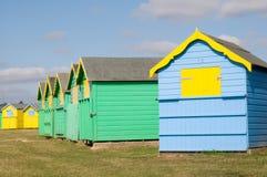 海滩明亮地色的小屋 免版税库存照片