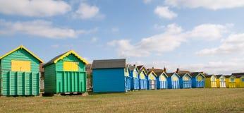 海滩明亮地色的小屋 免版税库存图片