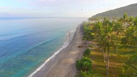 海滩是非常美丽的与黑沙子和惊人的蓝色海 股票录像