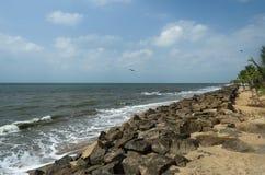 海滩晃动天空&挥动 免版税库存图片