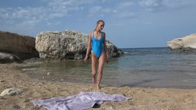 海滩晒日光浴的妇女 股票视频