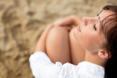 海滩晒黑妇女 免版税图库摄影