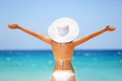 海滩暑假愉快的自由妇女 免版税库存照片