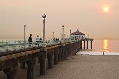 海滩曼哈顿码头smokey日落 库存照片