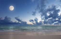 海滩月亮 免版税库存照片