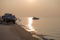 海滩有一只快艇 泰国 免版税库存图片