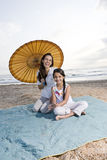 海滩有乐趣的女孩西班牙母亲年轻人 库存图片