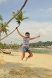海滩有乐趣的女孩年轻人 库存图片