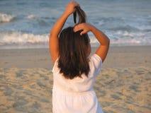 海滩有乐趣的女孩 库存照片