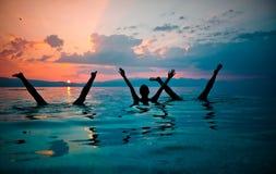 海滩有乐趣的组人年轻人 图库摄影