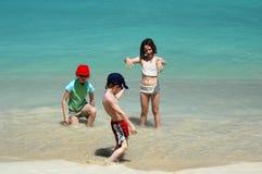 海滩有儿童的乐趣 库存图片