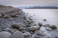 海滩有卵石花纹的冰岛 库存图片