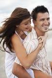 海滩有夫妇的乐趣人浪漫妇女 免版税库存图片