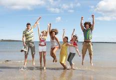 海滩有朋友的乐趣少年 免版税库存图片