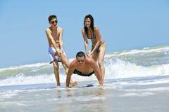 海滩有朋友的乐趣 库存照片