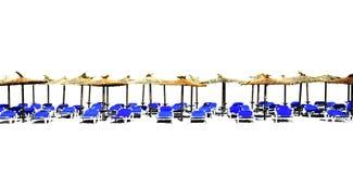 海滩有被隔绝的秸杆遮阳伞的轻便马车休息室 库存图片