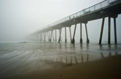 海滩有雾的hermosa码头日落 免版税库存照片