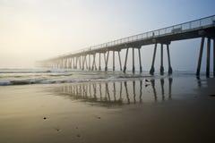 海滩有雾的hermosa码头日落 免版税库存图片