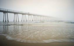 海滩有雾的hermosa码头 免版税库存照片
