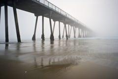 海滩有雾的hermosa码头 免版税库存图片