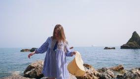 海滩服装步行的两名俏丽的妇女沿石岸在索伦托 股票视频