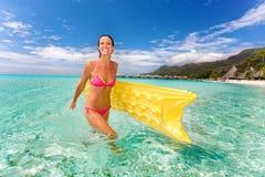 海滩木筏微笑妇女 库存图片
