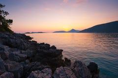 海滩横向montenegro岩石日落 库存图片
