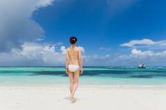 海滩比基尼泳装女孩身分 库存照片