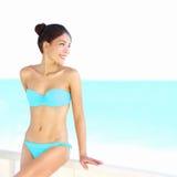 海滩比基尼泳装妇女秀丽 免版税图库摄影
