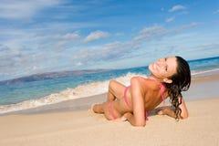 海滩比基尼泳装微笑的妇女 图库摄影