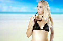 海滩比基尼泳装性感的被晒黑的妇女 免版税库存照片