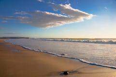 海滩水平的横向岩石 免版税库存照片