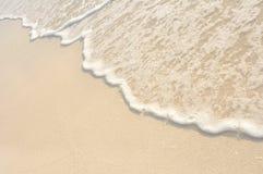 海滩沙子岸挥动白色 免版税库存图片
