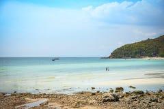 海滩沙子热带海夏天海岛大海明亮的天空有小山岩石背景 库存图片