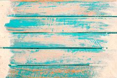 海滩沙子顶视图在老木板条的在蓝色海油漆背景中 免版税库存图片