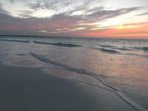 海滩海在日落的下午 免版税库存照片