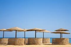 海滩海岛掌上型计算机r夏天热带伞 图库摄影