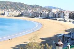 海滩海岸美丽的景色与市区的 库存图片