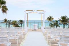 海滩海洋俯视的婚礼 免版税库存照片