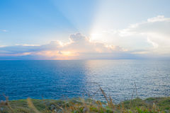 海滩海角与轻的日落的在充分的天空和美丽的云彩 库存图片