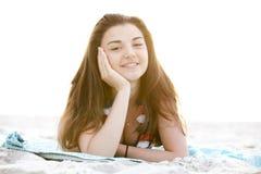 海滩深色的女孩日出 库存照片