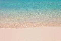 海滩清楚的空的turquise水 免版税库存图片