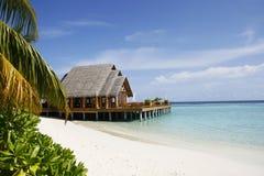 海滩热带别墅 免版税库存照片