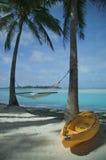 海滩热带吊床的皮船 免版税库存照片