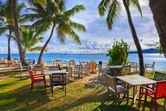 海滩热带咖啡馆的掌上型计算机 免版税库存图片