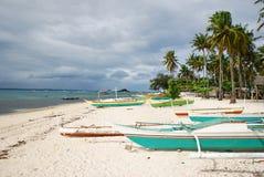 海滩热带小船的舷外架 图库摄影
