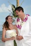 海滩热带新娘的新郎 免版税图库摄影