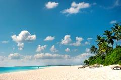 海滩热带海岛的掌上型计算机 库存照片